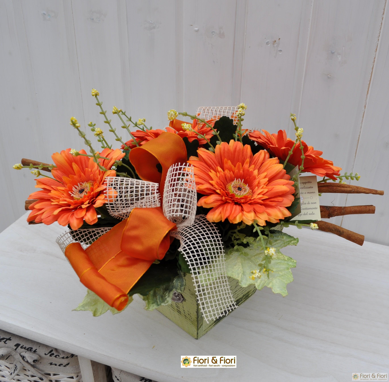 Composizione floreale con fiori artificiali