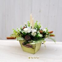 Composizione natalizie con fiori artificiali e secchi