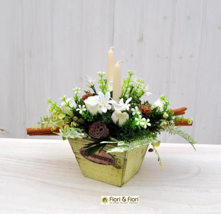 Composizione natalizie con fiori artificiali
